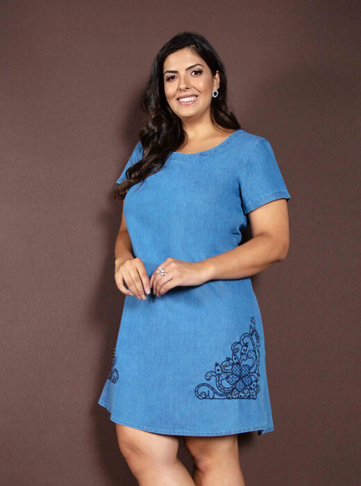 9f9c5d416 Vestido Jeans Plus Size Azul Claro Bordado | Do44ao54 Moda Plus Size