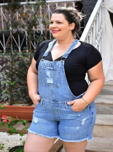 Jardineira Plus Size Jeans Barra Desfiada